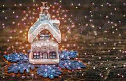 Casa do Natal de um conto de fadas Neve tirada Fotos de Stock