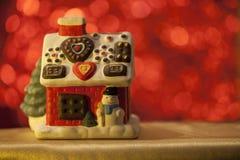 Casa do Natal no fundo vermelho fotos de stock royalty free