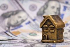 Casa do ouro da lembrança e dólares americanos Hipoteca do conceito, empréstimo, garantia, investimentos financeiros em bens imob imagens de stock