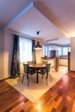 Casa do país - sala de jantar espaçoso fotografia de stock royalty free