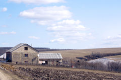casa do Paisagem-país entre o terreno montanhoso Foto de Stock