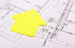 Casa do papel amarelo no desenho de construção, conceito da casa da construção Fotografia de Stock