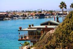 Casa do perto do oceano Fotos de Stock Royalty Free