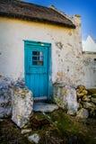 A casa do pescador holandês do cabo com porta azul imagem de stock