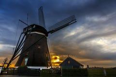Casa do por do sol e o gigante de Países Baixos Fotografia de Stock