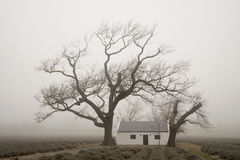 Casa do ` s do trabalhador de exploração agrícola na névoa Imagens de Stock