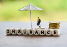Casa do seguro das vendas, homem de negócios do carro, do conceito de família segurança de proteção/da moeda de ouro guarda-chuva imagem de stock