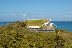 Casa do telhado da grama fotografia de stock royalty free