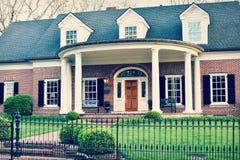 Casa do tijolo com Front Porch arredondado imagem de stock royalty free