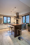 Casa do travertino - cozinha contemporânea imagens de stock royalty free