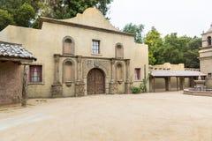 Casa do vintage com a porta de madeira no estilo retro imagem de stock