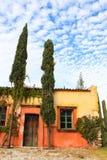 Casa do vintage com a porta e o céu de madeira bonitos Tequisquiapan, México Cidade mágica imagem de stock royalty free