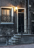 Casa do vintage em Amsterdão na noite foto de stock