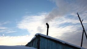 Casa do vintage na vila no inverno vídeos de arquivo