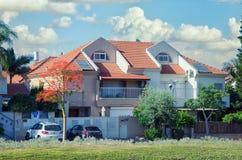 Casa a dos caras de dos pisos con los entresuelos y las yardas cercadas Imagen de archivo libre de regalías