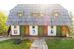 Casa dos heróis em Drvengrad Kusturica, Sérvia Imagens de Stock