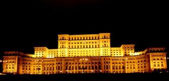 Casa dos povos de Bucareste, Romania- em a noite Fotos de Stock Royalty Free