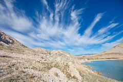 Casa Drystone que mezcla en el paisaje rocoso de la bahía de Luka de los velos Imágenes de archivo libres de regalías