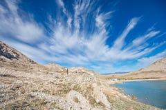 Casa Drystone que mistura-se na paisagem rochosa da baía de Luka dos Vela imagens de stock royalty free