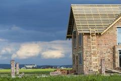 Casa a due piani con il tetto della struttura di legno in costruzione alto Fotografia Stock Libera da Diritti