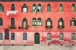 Casa a due piani con la facciata rossa Fotografie Stock Libere da Diritti