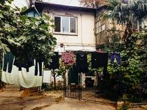 Casa a due piani del giardino e del cortile Immagine Stock
