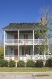 Casa a due piani tradizionale immagini stock