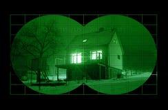 Casa durante a noite com a visão noturna foto de stock royalty free