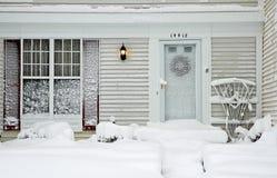 Casa durante tempestad de nieve grande Imágenes de archivo libres de regalías