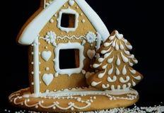 A casa e a árvore de pão-de-espécie formam cookies caseiros para o divertimento das crianças Imagem de Stock Royalty Free