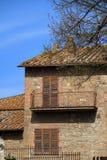 Casa e árvore velhas Fotos de Stock Royalty Free