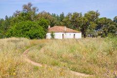 A casa e as árvores da exploração agrícola no vale Seco, Santiago fazem Cacem Imagens de Stock