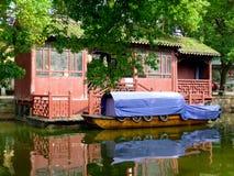 Casa e barco da água foto de stock