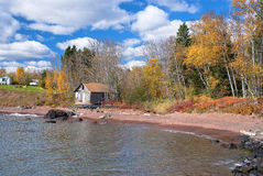 Casa e cabine, superior de lago foto de stock royalty free
