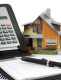 Casa e calculadora modelo fotografia de stock