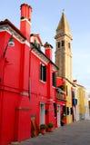 Casa e campanile del fuoco rosso nell'area Italia di Burano Venezia Fotografie Stock