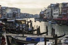 Casa e canal bonitos com os navios em Veneza, Itália 2015 Imagem de Stock Royalty Free