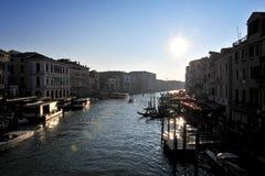 Casa e canal bonitos com os navios em Veneza, Itália 2015 Imagem de Stock