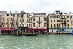 Casa e canal bonitos com os navios em Veneza, Itália 2015 Fotografia de Stock