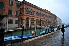 Casa e canal bonitos com os navios em Veneza, Itália 2015 Foto de Stock Royalty Free
