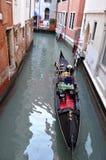 Casa e canal bonitos com os navios na ilha de Murano em Veneza, Itália 2015 Imagens de Stock Royalty Free