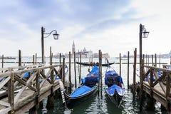 Casa e canal bonitos com os navios na ilha de Murano em Veneza, Itália 2015 Foto de Stock Royalty Free