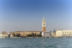 Casa e canal bonitos com os navios na ilha de Murano em Veneza, Itália 2015 Imagens de Stock