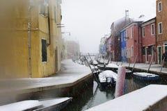Casa e canal bonitos com os navios na ilha de Murano em Veneza, Itália 2015 Fotos de Stock