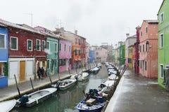 Casa e canal bonitos com os navios na ilha de Murano em Veneza, Itália 2015 Fotos de Stock Royalty Free