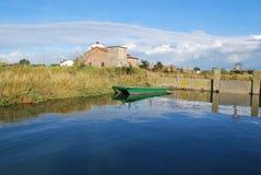 Casa e canale dell'azienda agricola Fotografie Stock Libere da Diritti
