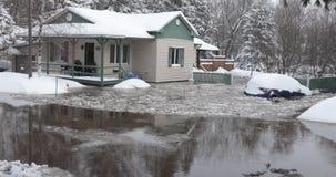 Casa e carro nas água da enchente