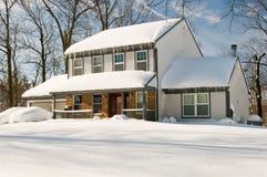 Casa e carros após a tempestade de neve Foto de Stock Royalty Free