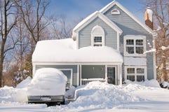 Casa e carros após a tempestade de neve Fotos de Stock