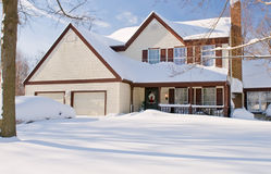 Casa e carros cobertos na neve Fotografia de Stock Royalty Free
